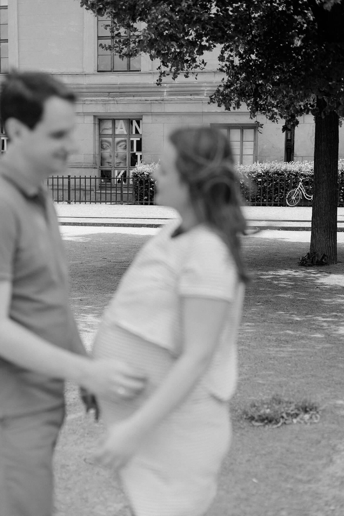Schwangeres Paar schaut sich an