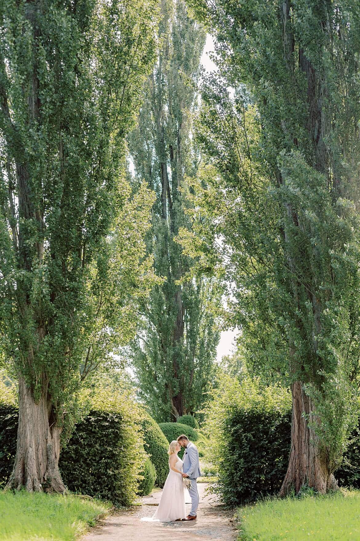 Ein Paar zwischen zwei Bäumen, was sich anschaut