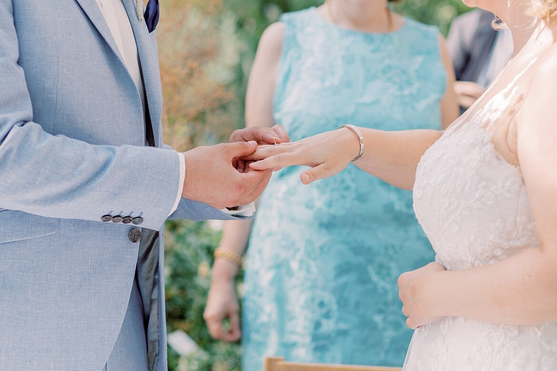 Brautpaar steckt sich Ringe an