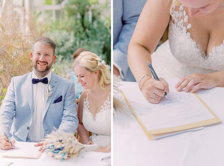 Brautpaar unterschreibt ihre Heiratsurkunde