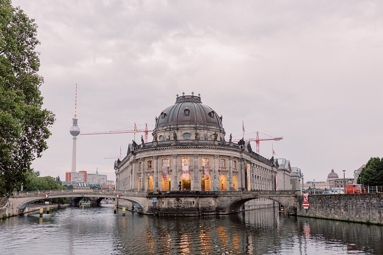 Bode Museum und Fernsehturm Berlin vom Wasser aus