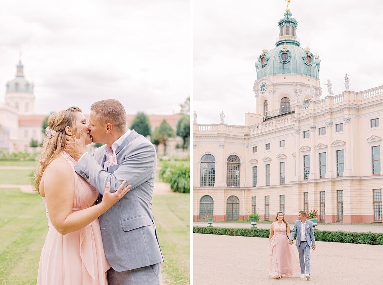 Paar küsst sich im Park vom Schloss Charlottenburg