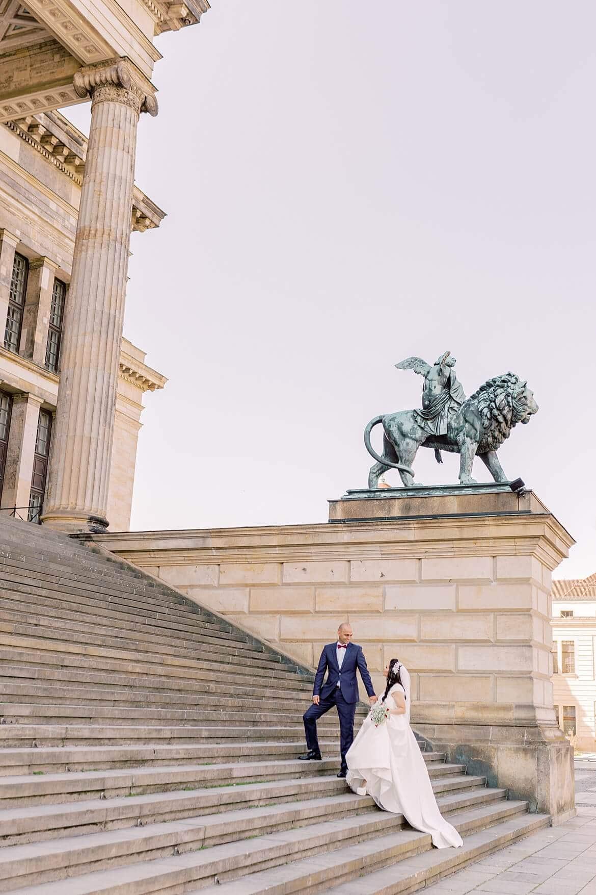 Brautpaar auf der Treppe vom Konzerthaus