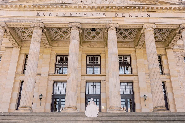 Braut auf der Treppe des Konzerthaus