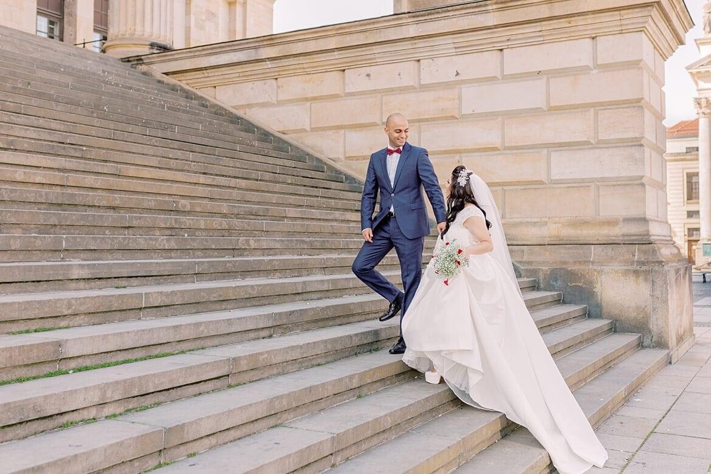 Brautpaar auf der Treppe des Konzerthaus