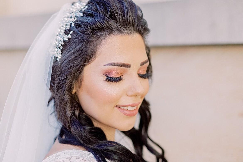 Braut schließt die Augen und lächelt