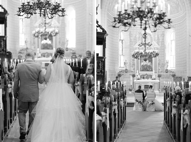 Braut wird vom Brautvater zum Altar geführt