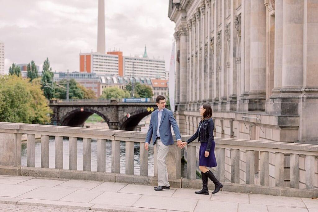 Paar spaziert über Brücke in Berlin