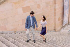 Paar läuft eine Treppe hoch