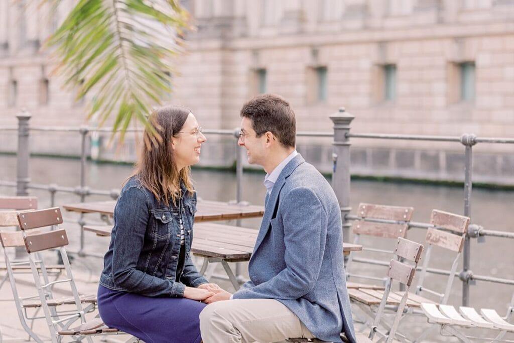 Paar sitzt in einem Straßencafé an einem Fluss