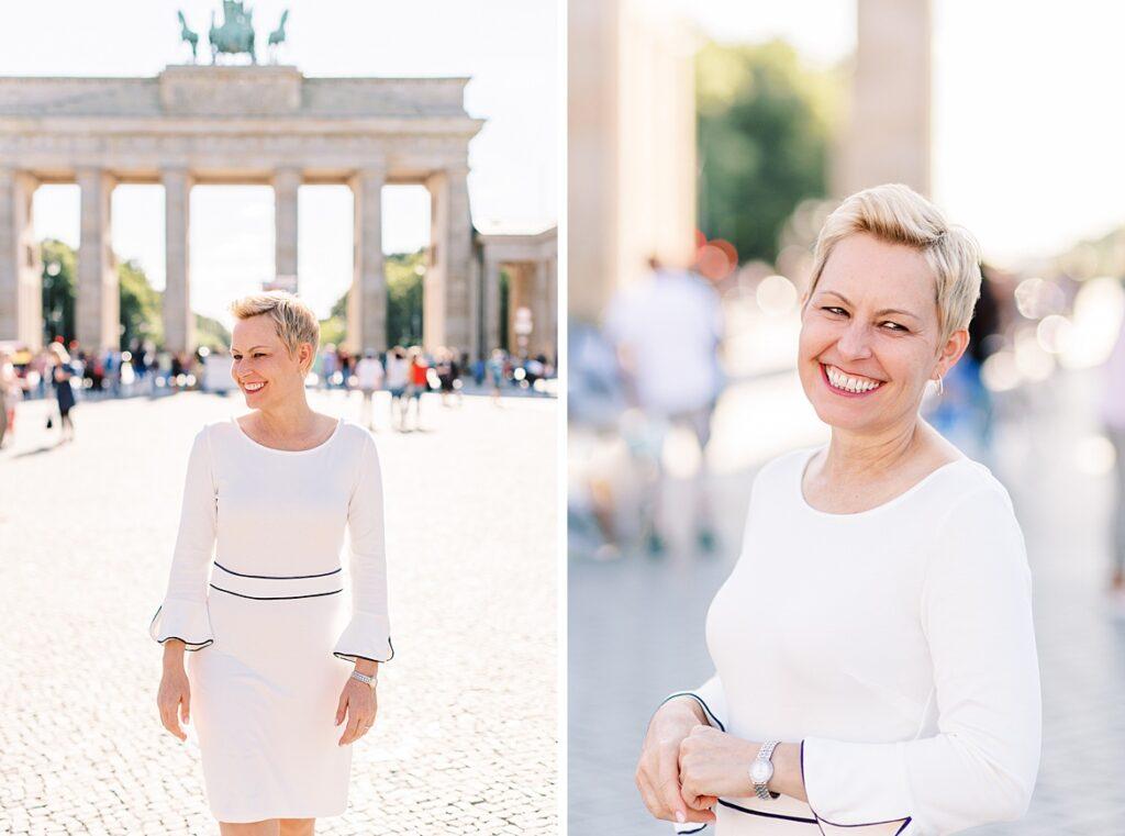 Blonde Frau im weißen Kleid vor dem Brandenburger Tor