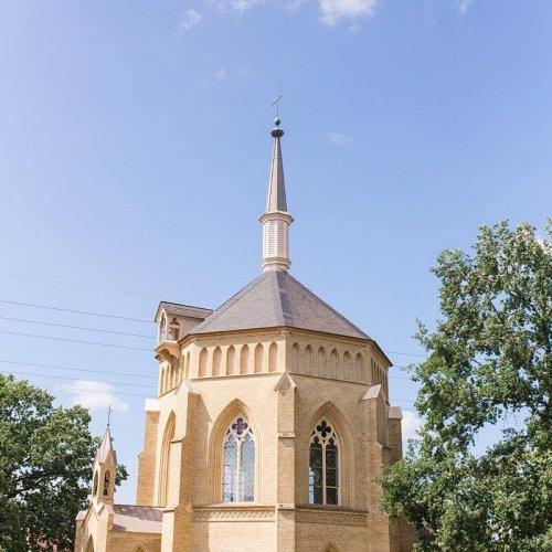 Alte Neuendorfer Kirche von außen mit blauem Himmel