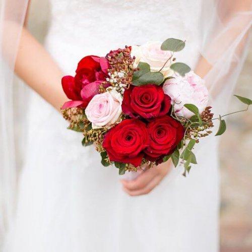 Nahaufnahme Brautstrauß mit roten Rosen