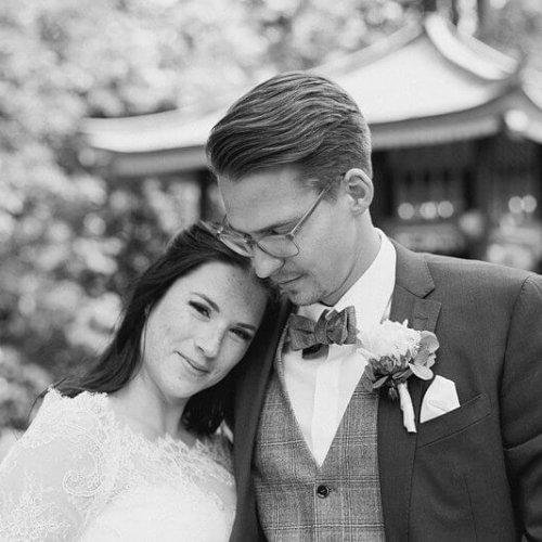 Schwarz Weiß Foto von Brautpaar im Park