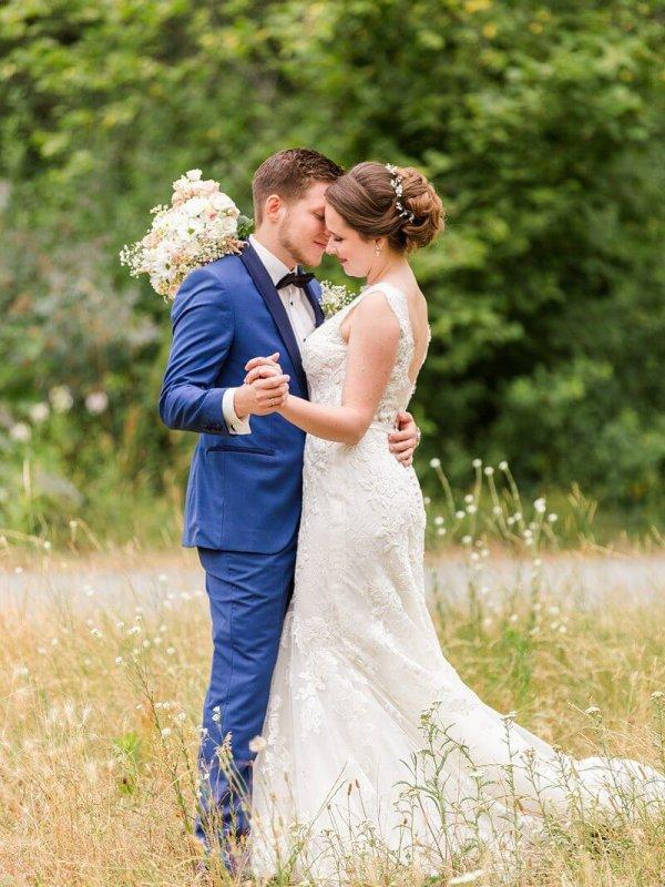 Hochzeitspaar tanzt auf Wiese