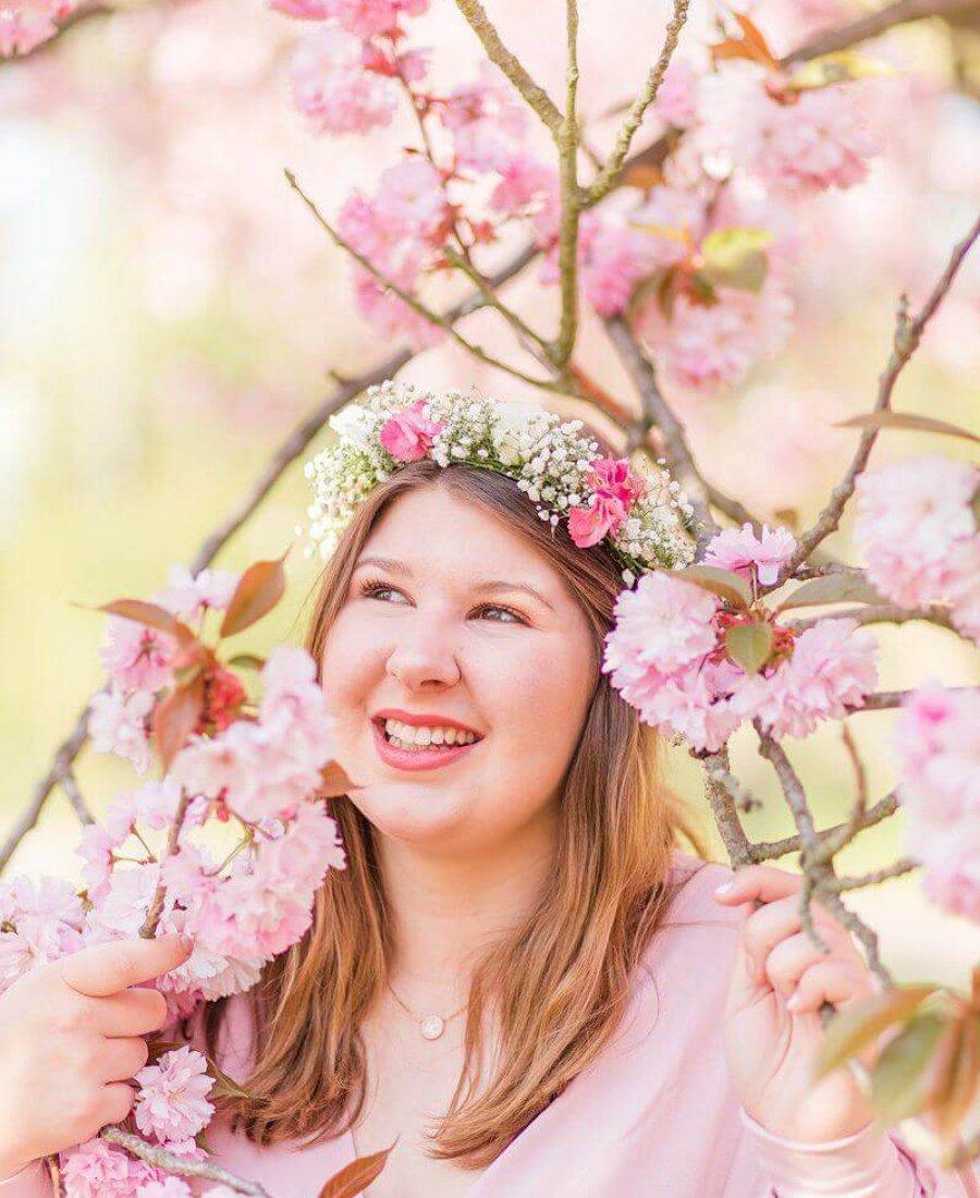 Lächelnde Frau in Kirschblüten