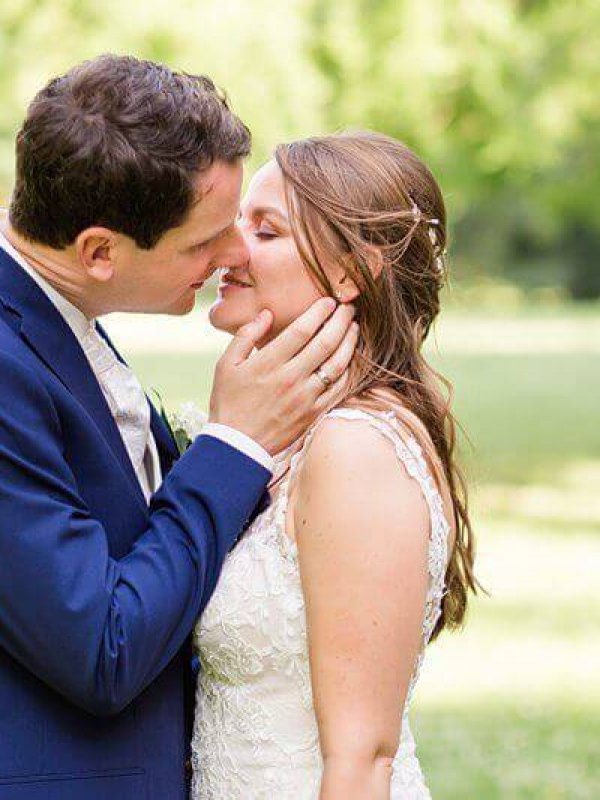 Brautpaar im Park kurz vorm Kuss