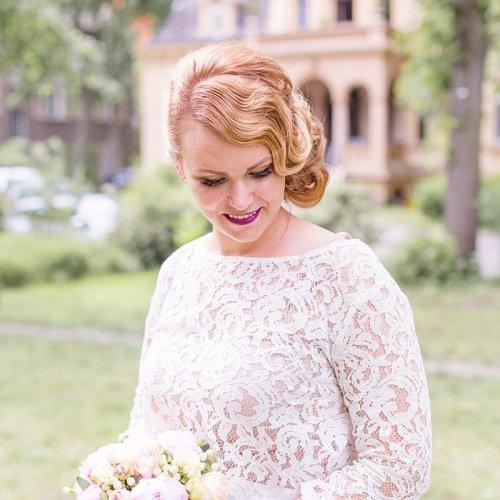 Braut mit Frisur im 20er Jahre Stil vor der Hochzeitsvilla Berlin Zehlendorf