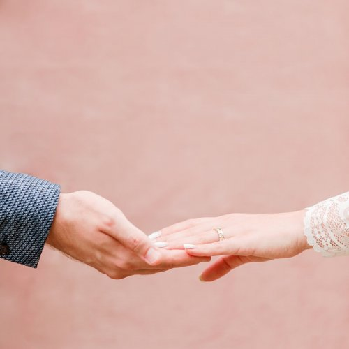 Hände eines Hochzeitspaares