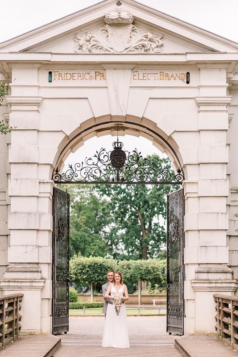 Brautpaar vor dem Eingangstor Schloss Köpenick Berlin