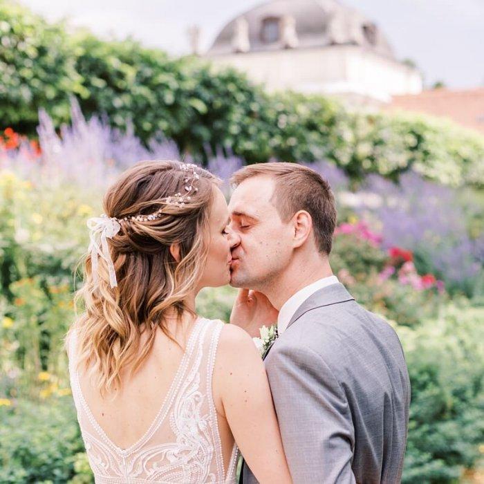 Brautpaar küsst sich im Schlosspark Köpenick Berlin