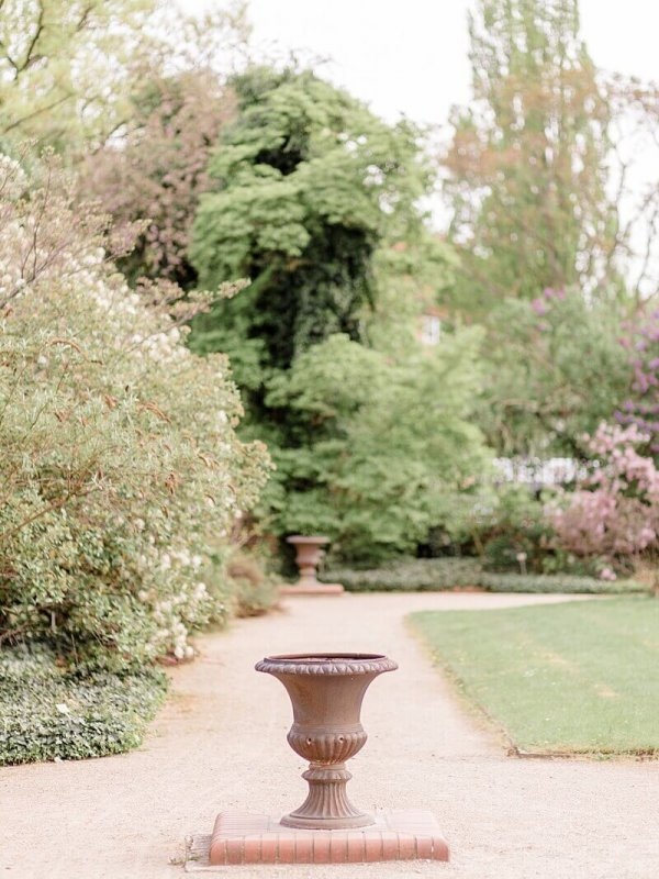 Großer steinernen Blumentopf im Park - Hochzeitsfotograf Berlin - Miriam Kaulbarsch