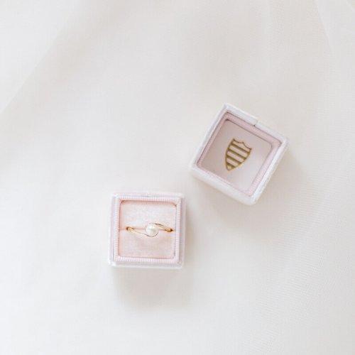Ehering mit Perle in einer Ringbox - Hochzeitsfotograf Berlin - Miriam Kaulbarsch