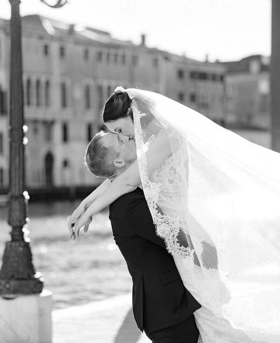Schwarz Weiß Foto eines Brautpaares, welches sich in Venedig küsst - Hochzeitsfotograf Berlin - Miriam Kaulbarsch